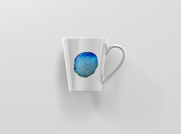 Hrnek se jmenem modra skvrna latte